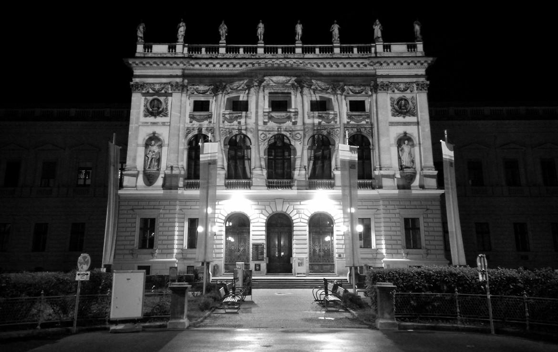 Universitas In Lucem